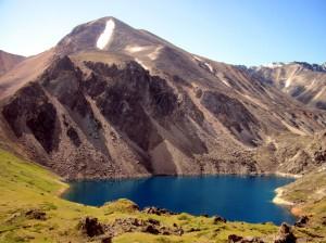 Нижнее ультрамариновое озеро в бессточной долине